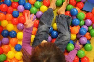 воздушный бассейн для детей с шариками чем полезен