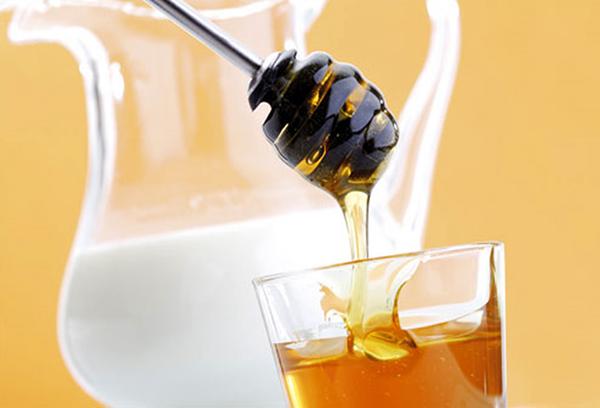 чем полезно горячее молоко с медом и маслом